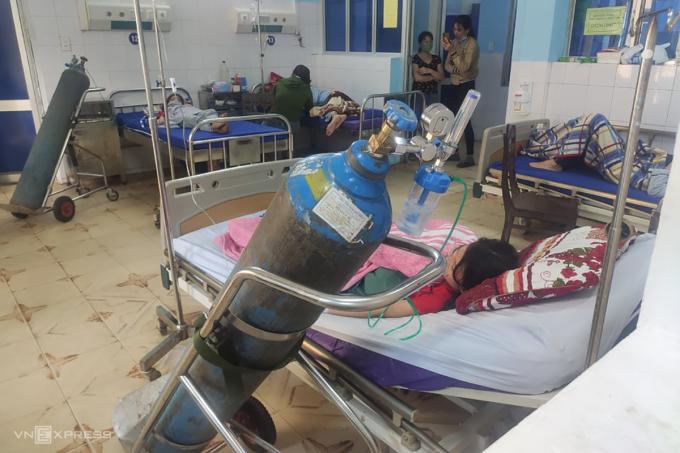 Các học sinh được thở oxy, truyền dịch theo dõi tại bệnh viện. Ảnh: Quang Hà