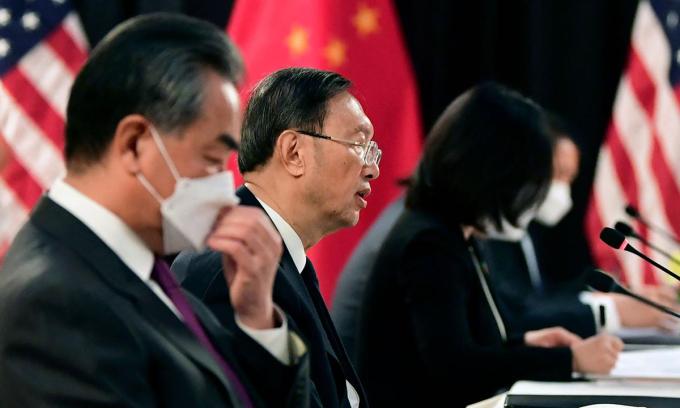 Ngoại trưởng Trung Quốc Vương Nghị và nhà ngoại giao Dương Khiết Trì (từ phải qua trái) tại cuộc hội đàm với Mỹ ở Alaska hôm 18/3. Ảnh: AFP.