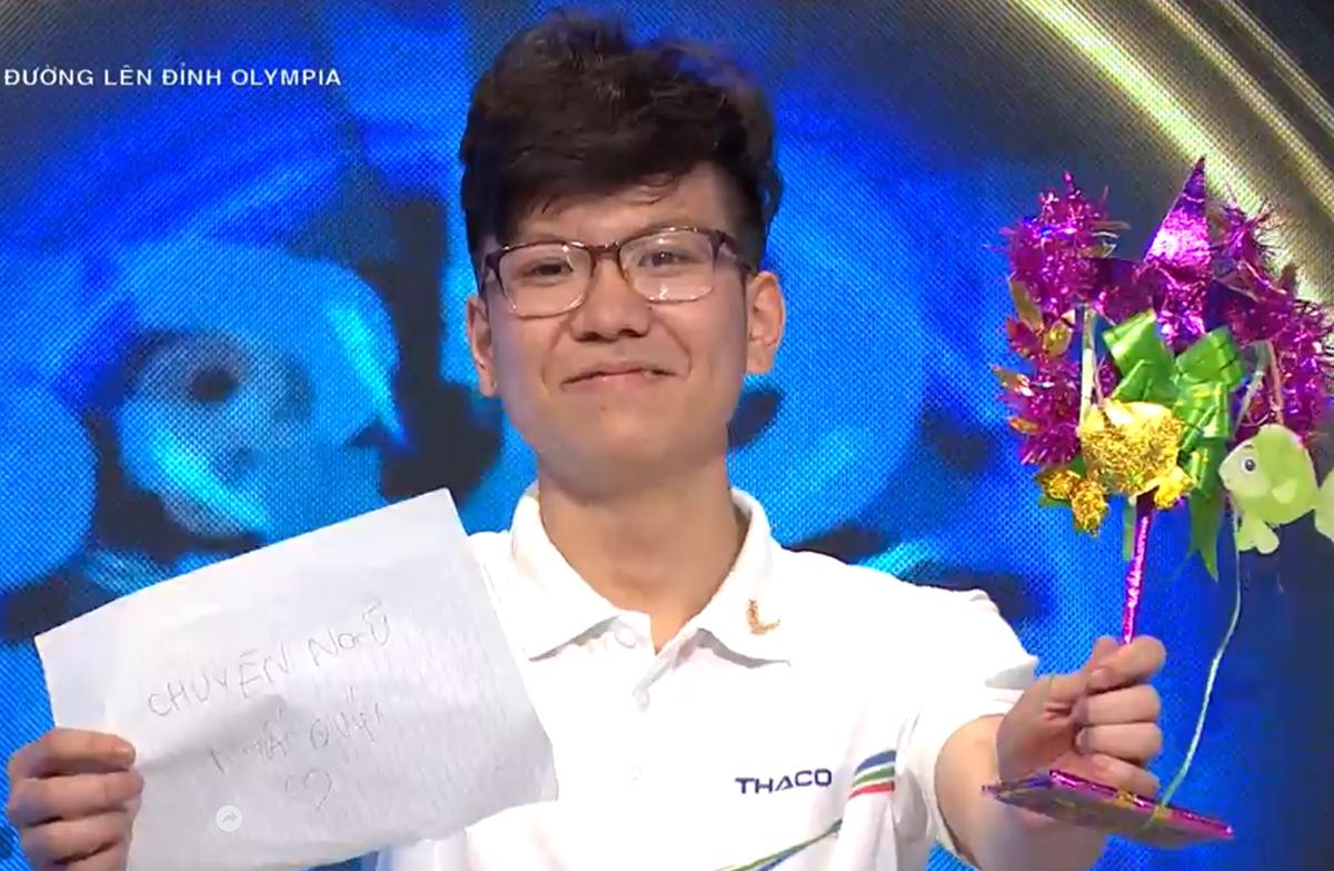 Nguyễn Việt Thái là học sinh lớp 11 chuyên tiếng Đức của trường THPT chuyên Ngoại ngữ, Đại học Ngoại ngữ - Đại học Quốc gia Hà Nội. Ảnh chụp màn hình VTV.