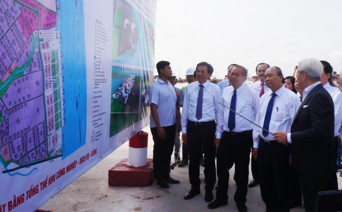Thủ tướng Nguyễn Xuân Phúc được chủ đầu tư giới thiệu sơ đồ Khu công nghiệp cầu cảng Phước Đông. Ảnh: An Nam