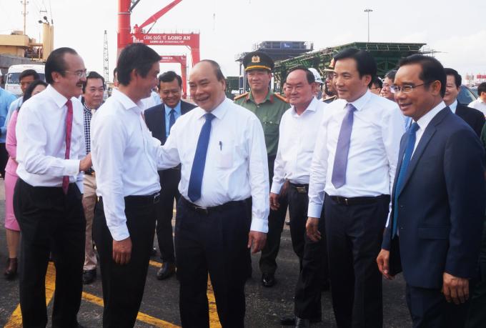 Thủ tướng Nguyễn Xuân Phúc thị sát Cảng quốc tế Long An, sáng 21/3. Ảnh: An Nam