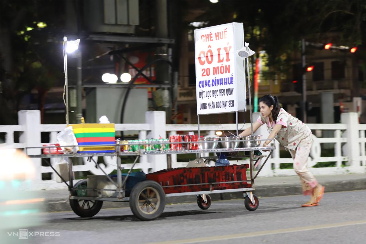 Hàng rong mưu sinh trên vỉa hè Huế