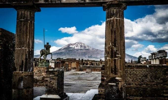 Đỉnh núi lửa Vesuvius nhìn qua tàn tích của Pompeii. Ảnh: EPA.