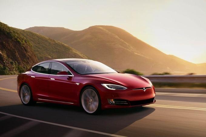 Xe điện dù còn nhiều tranh cãi nhưng về cơ bản phát thải ít hơn xe nhiên liệu. Ảnh: Tesla