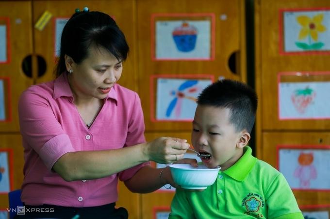 Học sinh mầm non của trường mầm non Củ Chi (thị trấn Củ Chi, TP HCM) được các giáo viên cho vui chơi, ăn uống, học tập tại trường, tháng 6/2020. Ảnh:Quỳnh Trần.