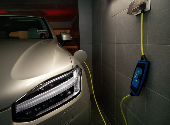 Có thể sạc nhanh ngay cả với nguồn điện dân dụng là điều lý tưởng mà xe điện hướng tới. Ảnh: Counter Steer
