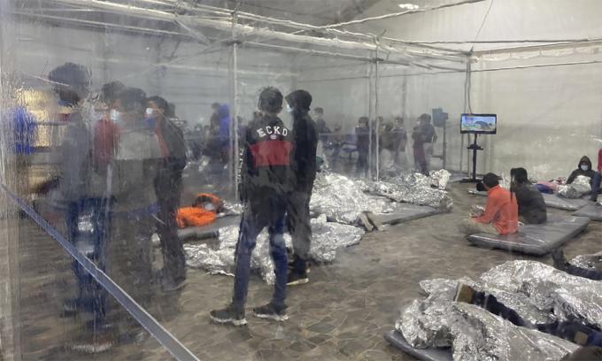Trẻ nhập cư trong một lều bạt của cơ sở do tuần biên Mỹ thiết lập tại Donna, bang Texas, ngày 20/3. Ảnh: AP.