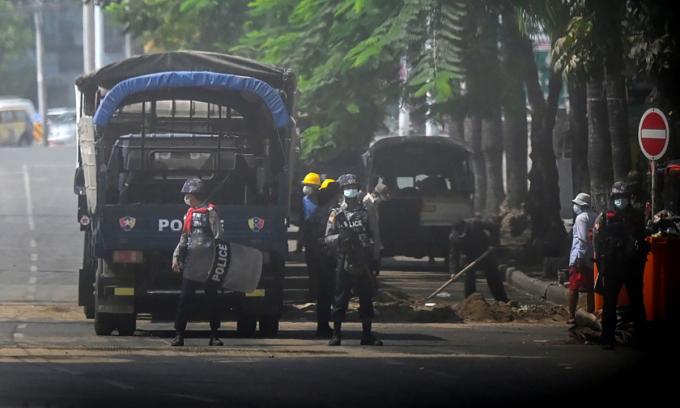 Cảnh sát Myanmar đứng gác tại một chốt kiểm soát an ninh ở thành phố Yangon ngày 13/3. Ảnh: AFP.