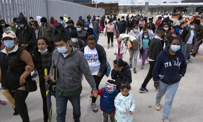 Người di cư chờ đợi ở bang Baja California, Mexico để chờ chính quyền Mỹ cấp phép cho họ bắt đầu quá trình nhập cư hôm 23/3. Ảnh: AFP.