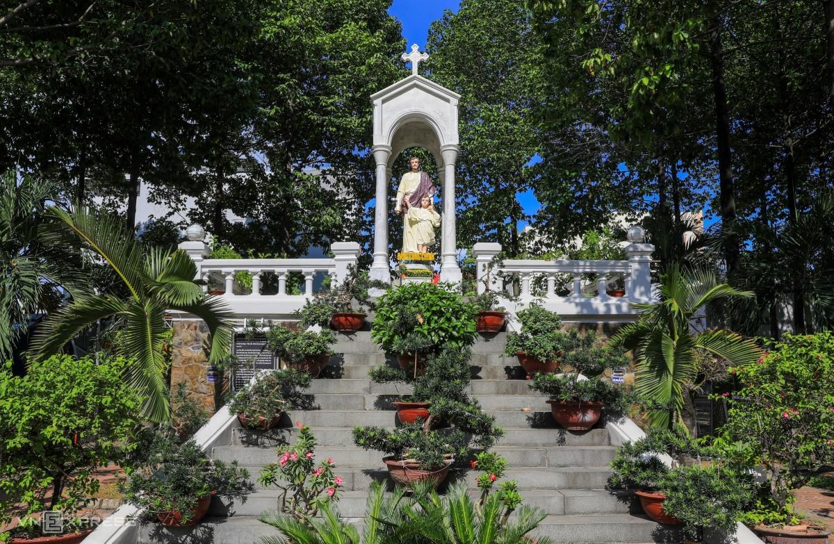 Hai nhà thờ của gia đình Nam Phương hoàng hậu - 12