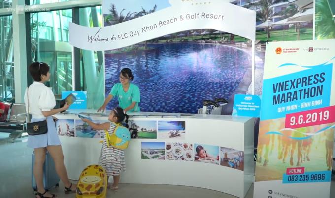 Quầy đón tiếp của VnExpress Marathon Quy Nhơn 2019 tại sân bay Phù Cát (Bình Định).