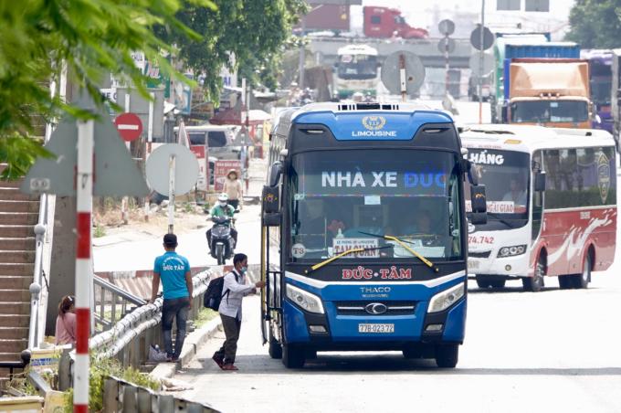 Một ôtô chạy dù đón khách trên quốc lộ 1, đoạn trước Khu du lịch Suối Tiên (TP Thủ Đức), trưa 24/3. Ảnh: Gia Minh.