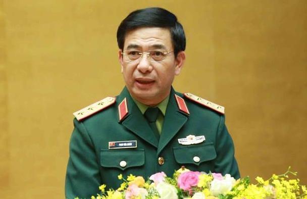 Thượng tướng Phan Văn Giang, Thứ trưởng Quốc phòng, giới thiệu về những nhận thức và tư duy mới về quốc phòng Việt Nam chiều 28/3. Ảnh: Hoàng Phong
