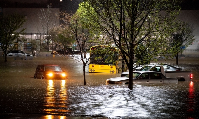 Loạt xe ô tô ngập trong dòng nước lũ ở Nashville, bang Tennessee, hôm 28/3. Ảnh: Reuters.