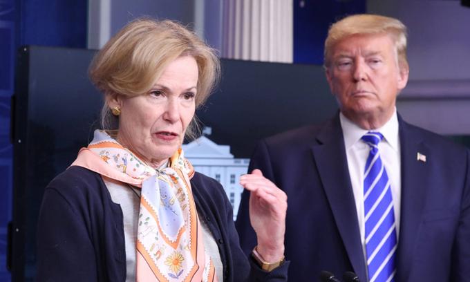Tiến sĩ Deborah Birx (trái) và Tổng thống Mỹ Donald Trump tại cuộc họp báo ở Nhà Trắng hồi tháng 4/2020. Ảnh: Reuters.