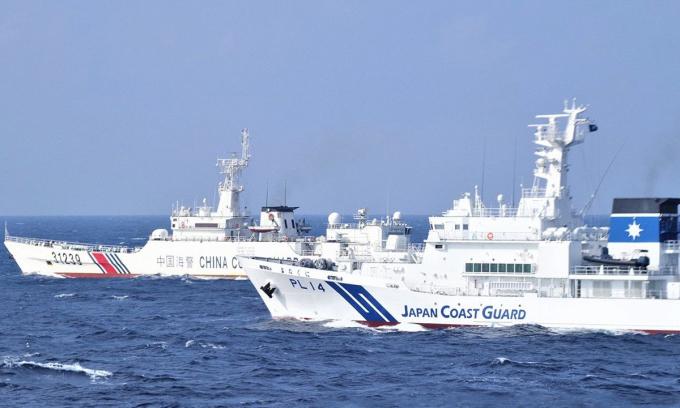 Tàu cảnh sát biển Nhật Bản (bên phải, phía trước) di chuyển song song với tàu hải cảnh Trung Quốc (bên trái, phía sau) gần nhóm đảo Senkaku/Điếu Ngư. Ảnh: JCG.