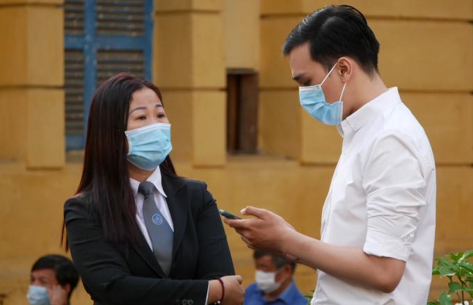 Dương Tấn Hậu và luật sư Đào Thị Bích Liên - người bảo vệ từ giai đoạn điều tra, tại sân tòa sáng nay. Ảnh: Hải Duyên.