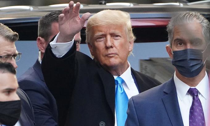 Cựu tổng thống Mỹ Donald Trump vẫy chào người ủng hộ bên ngoài Tháp Trump ở New York đầu tháng này. Ảnh: Reuters.