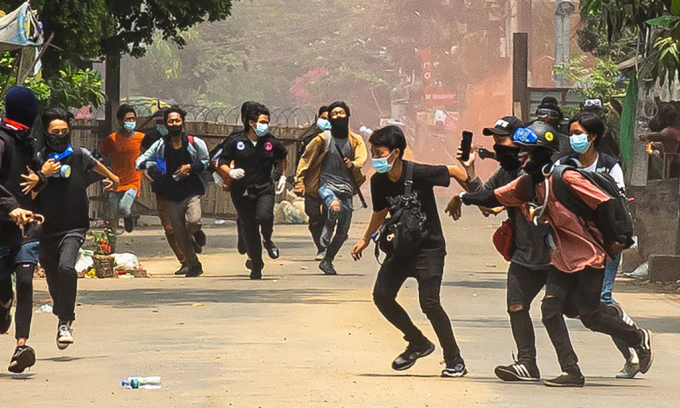 Những người biểu tình phản đối đảo chính tại thị trấn Thaketa, Yangon, Myanmar, hôm 30/3. Ảnh: AFP.