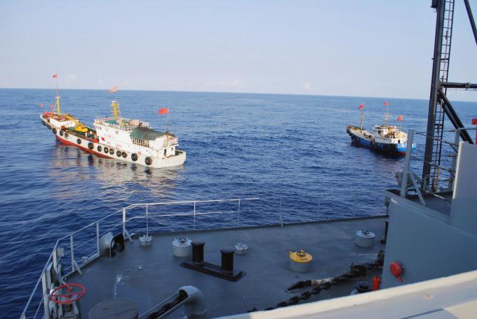 Hai tàu cá Trung Quốc chạy cắt mặt tàu USNS Impeccable trong cuộc chạm trán ngày 8/3/2009. Ảnh: US Navy.