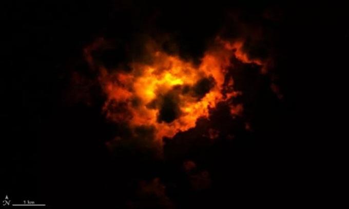 Đám mây nhốm màu đỏ cam do dung nham núi lửa. Ảnh: NASA.