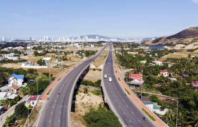Đại lộ Võ Nguyên Giáp dài 10 km, vốn đầu tư hơn 1.400 tỷ đồng, nối Nha Trang với huyện Diên Khánh, hoàn thành năm 2018. Ảnh: Xuân Ngọc.