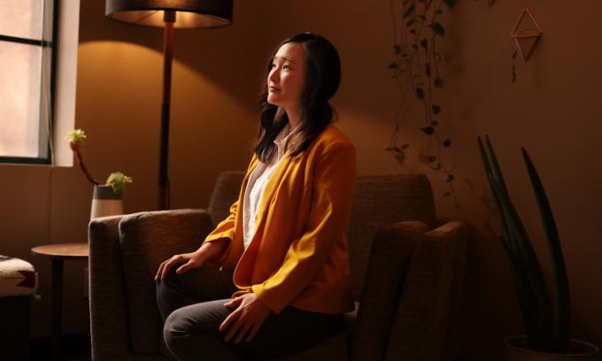 Nhà trị liệu tâm lý người Mỹ gốc Hàn Linda Yoon tại văn phòng của cô ở Los Angeles, bang California. Ảnh: LA Times.
