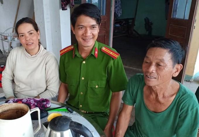 Ông Hùng (phải) cùng bà Tiến và đại diện Công an xã Tịnh Trà gặp mặt để bàn giao số tiền. Ảnh: Công an xã Tịnh Trà cung cấp.