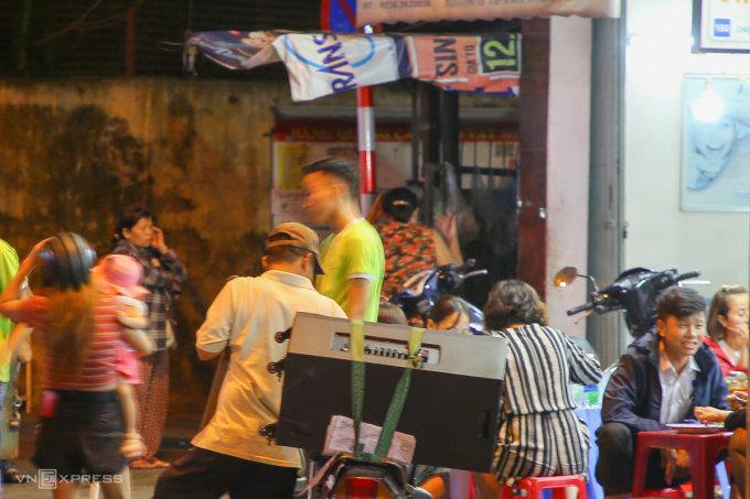 Tình trạng hát karaoke bằng loa kẹo kéo gây ồn ào, tồn tại nhiều năm qua ở Đà Nẵng. Ảnh: Nguyễn Đông.
