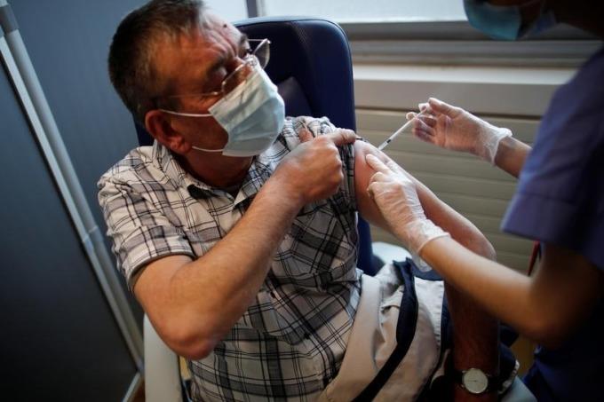 Nhân viên y tế tiêm vaccine Covid-19 gần Paris, Pháp ngày 26/3. Ảnh: Reuters.