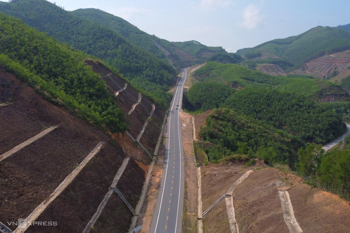Cao tốc xuyên Vườn quốc gia Bạch Mã trước ngày thông xe
