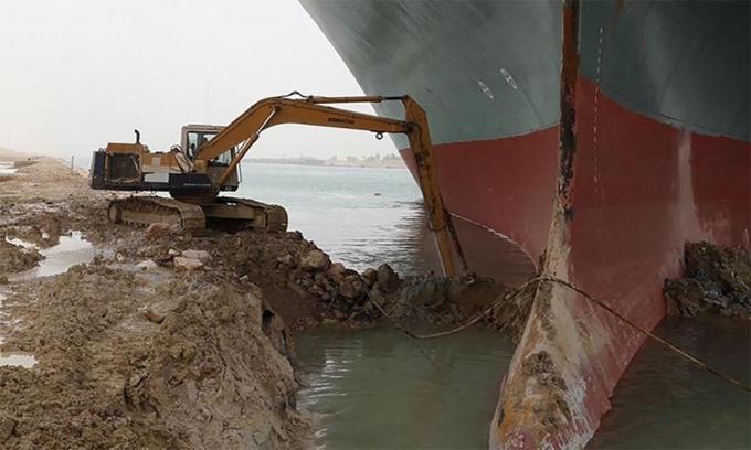 Máy xúc do Abdallah Abdelgawad điều khiển đào bùn cát xung quanh mũi tàu Ever Given ngày 23/3. Ảnh: Facebook/Abdallah Abdelgawad.