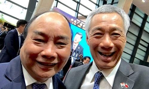 Thủ tướng Nguyễn Xuân Phúc và Thủ tướng Lý Hiển Long chụp ảnh bên lề diễn đàn Vành đai Con đường tại Bắc Kinh, tháng 4/2019. Ảnh: Facebook