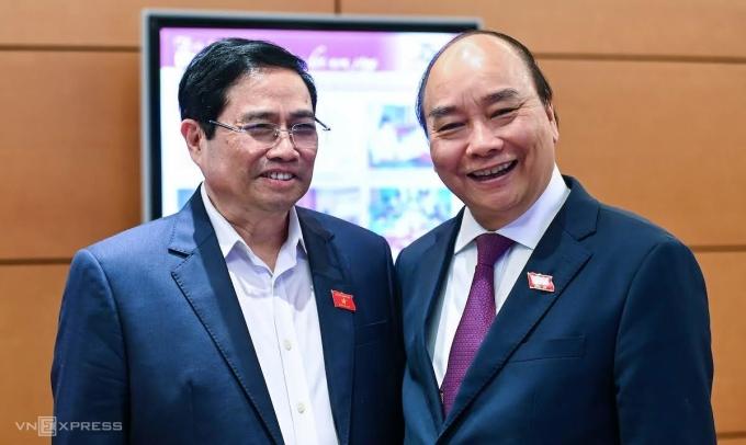 Trưởng Ban Tổ chức Phạm Minh Chính (trái) và người tiền nhiệm - ông Nguyễn Xuân Phúc (đã được bầu làm Chủ tịch nước) bên hành lang Quốc hội. Ảnh: Giang Huy