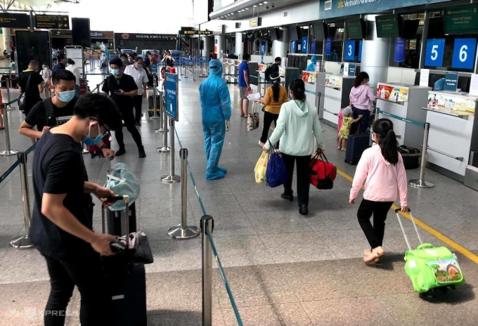 Xếp hàng làm thủ tục Check in tại sân bay Đà Nẵng. Ảnh: Gia Chính