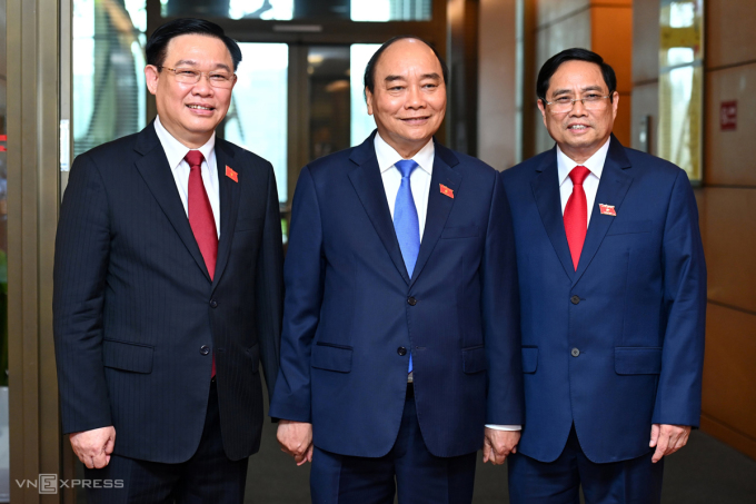 Từ trái qua: Chủ tịch Quốc hội Vương Đình Huệ, Chủ tịch nước Nguyễn Xuân Phúc và Thủ tướng Phạm Minh Chính bên hành lang Quốc hội. Ảnh: Giang Huy