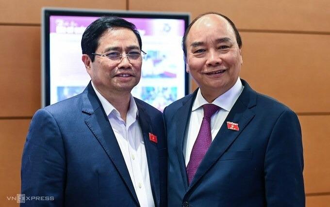Ông Nguyễn Xuân Phúc và ông Phạm Minh Chính bên hành lang Quốc hội hôm 30/3. Ảnh: Giang Huy