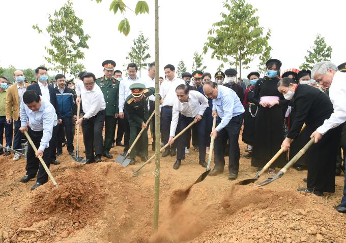 Thủ tướng Nguyễn Xuân Phúc dự Tết trồng cây hưởng ứng Chương trình trồng 1 tỷ cây xanh tại tỉnh Tuyên Quang đầu năm 2021. Ảnh: Quang Hiếu.