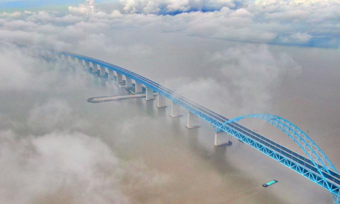 Cây cầu bắc qua sông Dương Tử dài hơn 11 km nối liền Thượng Hải và tỉnh Giang Tô. Ảnh: ZUMA Press.