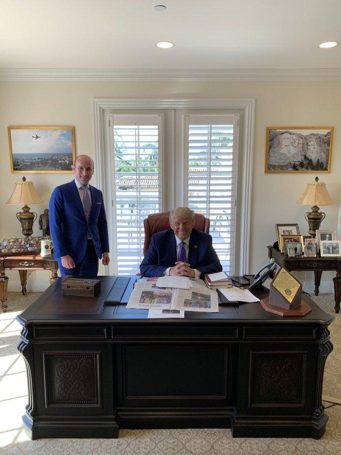 Cố vấn Stephen Miller (trái) và cựu tổng thống Mỹ Donald Trump tại văn phòng của ông ở Mar-a-Lago, Palm Beach, Florida, hôm 5/3. Ảnh: Twitter/Stephen Miller.