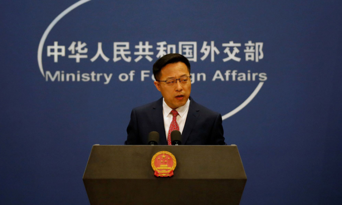 Phát ngôn viên Bộ Ngoại giao Trung Quốc Triệu Lập Kiên tại cuộc họp báo ở Bắc Kinh hồi tháng 4/2020. Ảnh: Reuters.