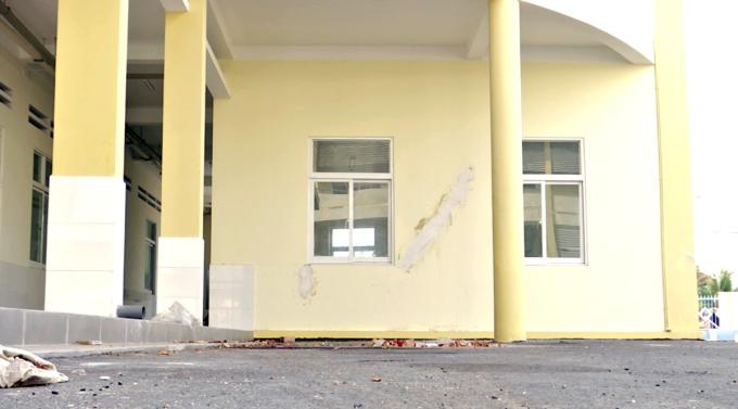 Một vị trí lún, tường răng nứt được dặm vá tại toà nhà Trung tâm y tế huyện Mang Thít. Ảnh: Hưng Lợi