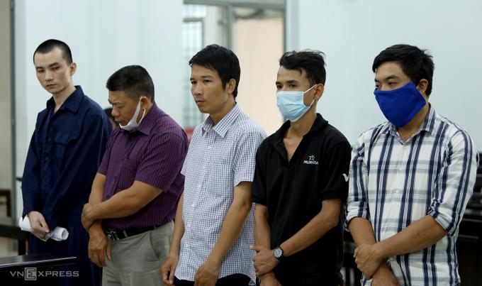Trần Quang Huy (bên phải) cùng các bị cáo tại tòa, ngày 5/4. Ảnh: Xuân Ngọc.