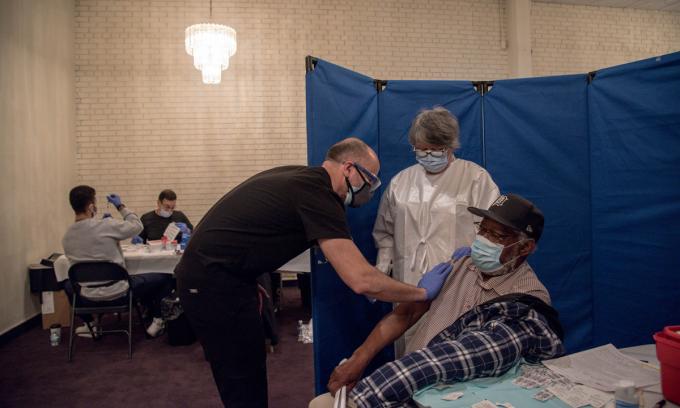 Nhân viên y tế tiêm vaccine ngừa Covid-19 cho một người đàn ông cao tuổi ở thành phố Detroit, bang Michigan cuối tháng trước. Ảnh: NYTimes.