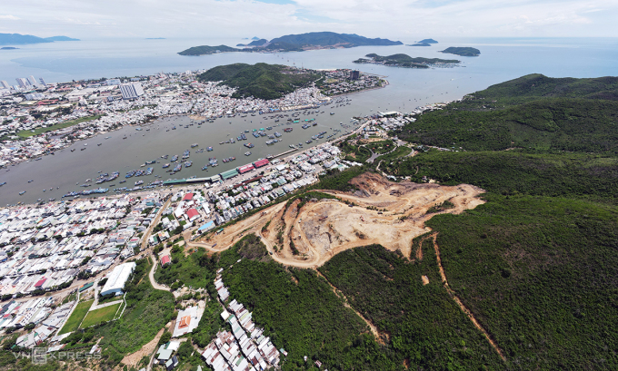 Khu vực trên núi Hòn Rớ bị doanh nghiệp nổ mìn, ủi phá để làm dự án. Ảnh: Xuân Ngọc.
