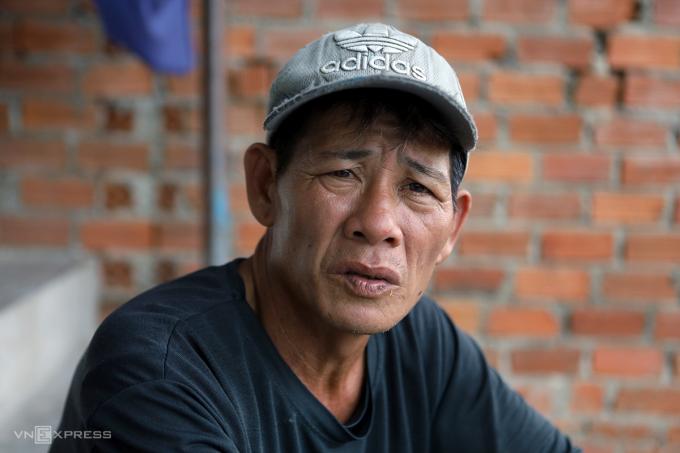 Ông Nguyễn Văn Ngọc, xã Phước Đồng lo lắng khi cả gia đình sống gần dự án liên tục nổ mìn. Ảnh: Xuân Ngọc.