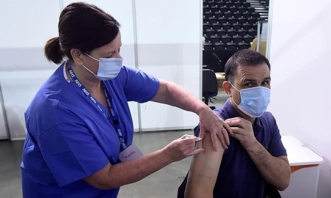 Một người tiêm vaccine Covid-19 ở Anh ngày 29/3. Ảnh: Reuters.