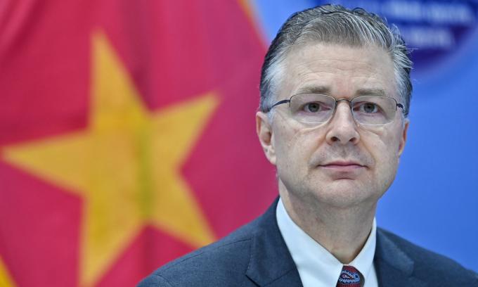 Đại sứ Mỹ tại Việt Nam Daniel Kritenbrink trong cuộc họp báo ở Hà Nội sáng 7/4. Ảnh: Giang Huy.