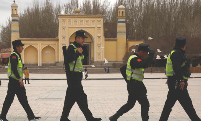 Cảnh sát Trung Quốc tuần tra trước nhà thờ Hồi giáo tại thành phố Kashgar, Tân Cương tháng 3/2017. Ảnh: Reurters.