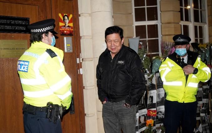 Đại sứ Kyaw Zwar Minn đứng ngoài tòa nhà đại sứ quán Myanmar ở Anh hôm 7/4. Ảnh: AFP